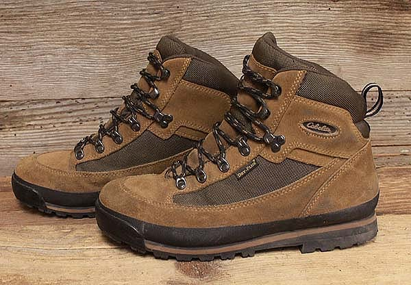 A technology-packed hiking shoe for outdoorsmen, Cabela's® Low GORE-TEX® Hiking Shoes for Men give hikers superior breathability, comfort, and protection on the trail. Microsuede nubuck leather and mesh uppers provide durable and long-lasting support and protection.